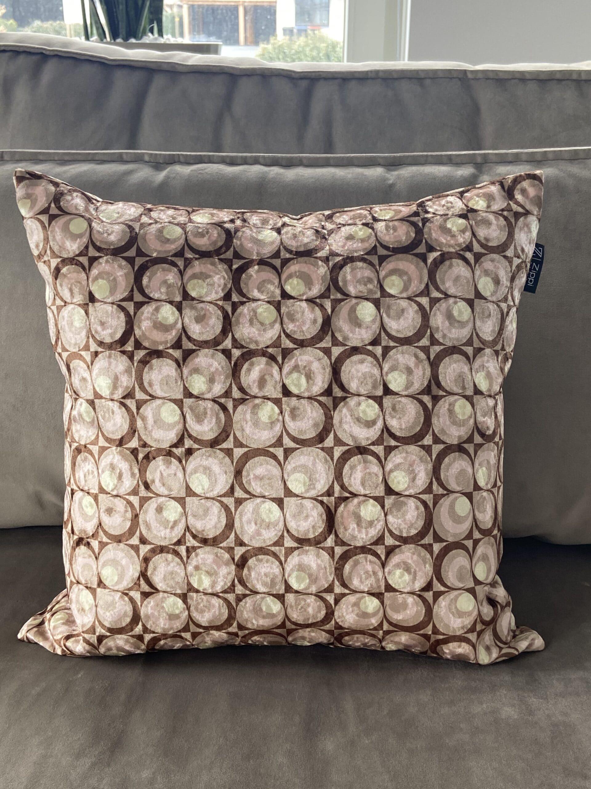 seventies motief bruin roze geel rondjes velvet luxe zippi design sierkussen